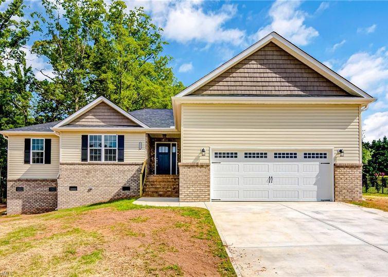 5512 E Hiddenbrook Drive Mcleansville, NC 27301