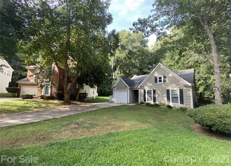 8933 trentsby Place Charlotte, NC 28216